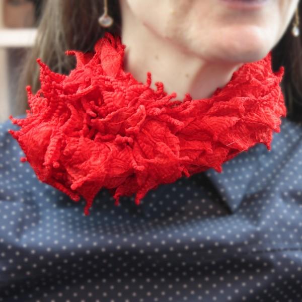 Roter Shibori-Seidenschal